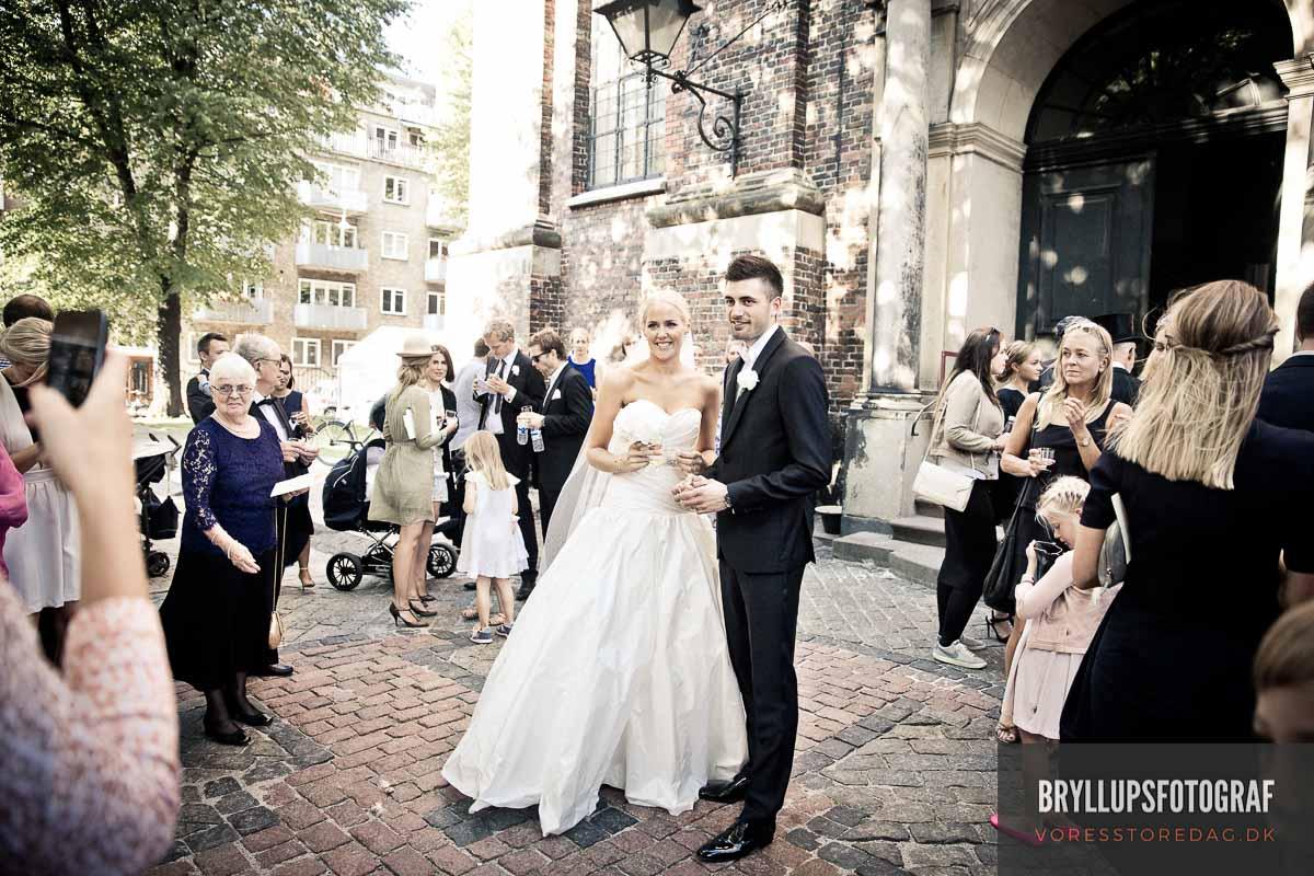 brudeparret udenfor kirken